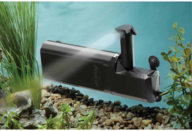 Filtro de potencia interno Aqueon Quietflow dentro del tanque del acuario.
